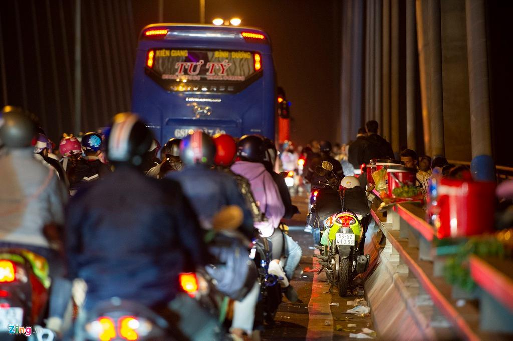 Người miền Tây về ăn Tết dừng ở cầu Mỹ Thuận ngắm cảnh, cho con bú Ảnh 10