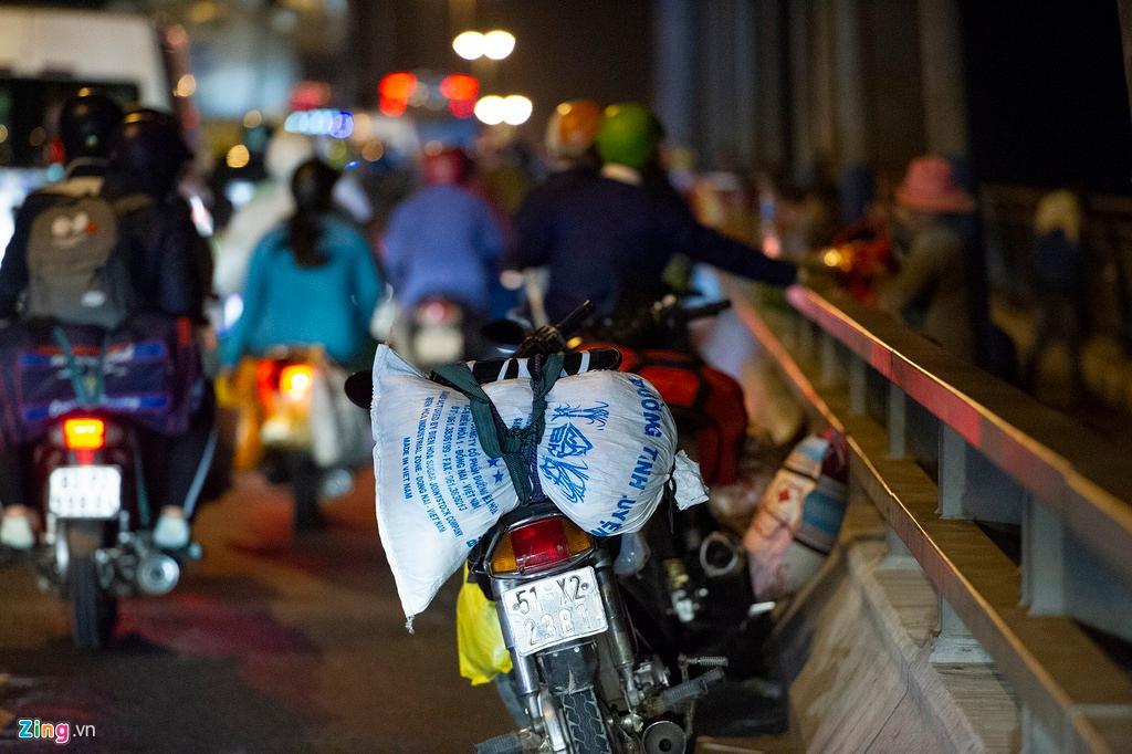 Người miền Tây về ăn Tết dừng ở cầu Mỹ Thuận ngắm cảnh, cho con bú Ảnh 3