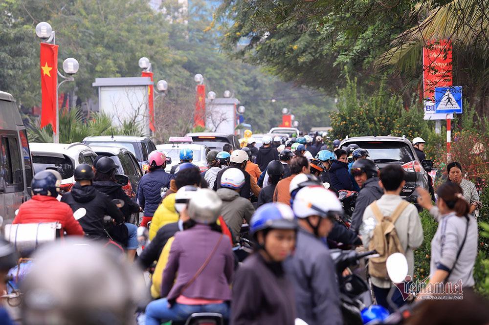 Hà Nội 29 Tết: Rộn ràng mặc cả, ngàn khách chôn chân giữa đường Ảnh 2