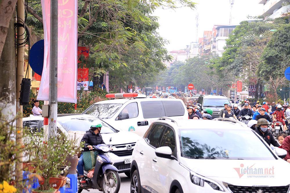 Hà Nội 29 Tết: Rộn ràng mặc cả, ngàn khách chôn chân giữa đường Ảnh 6