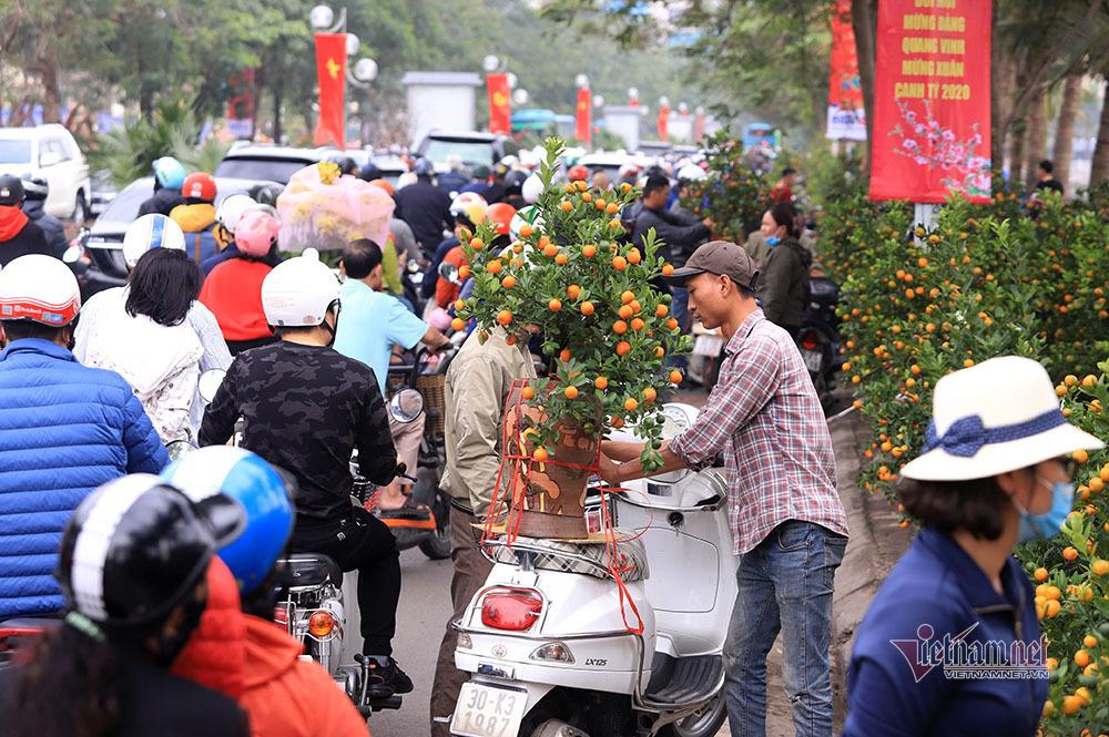 Hà Nội 29 Tết: Rộn ràng mặc cả, ngàn khách chôn chân giữa đường Ảnh 5