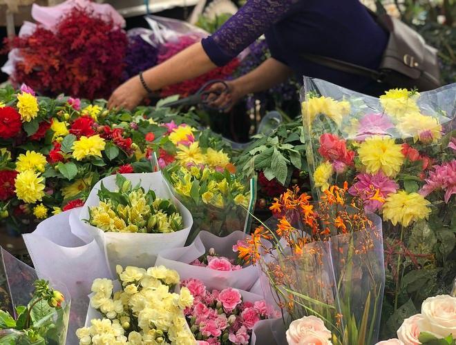 Nhộn nhịp chợ hoa Quảng An ngày cuối năm trong mưa lạnh Ảnh 6