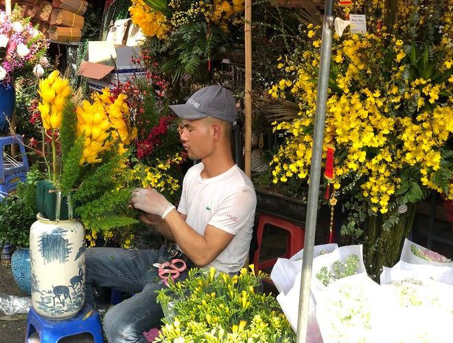 Nhộn nhịp chợ hoa Quảng An ngày cuối năm trong mưa lạnh Ảnh 18