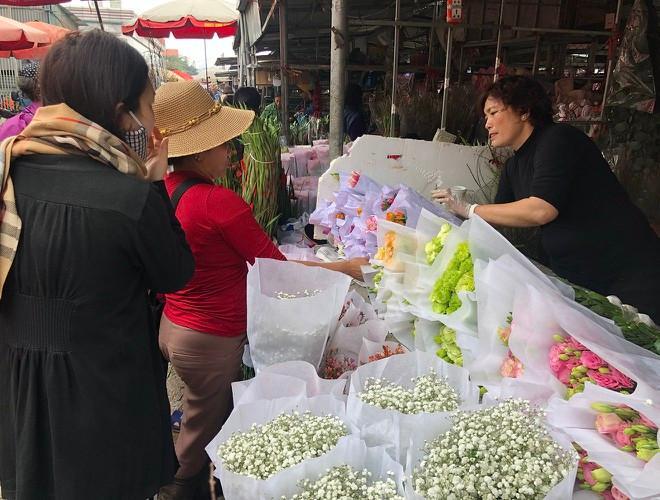 Nhộn nhịp chợ hoa Quảng An ngày cuối năm trong mưa lạnh Ảnh 15