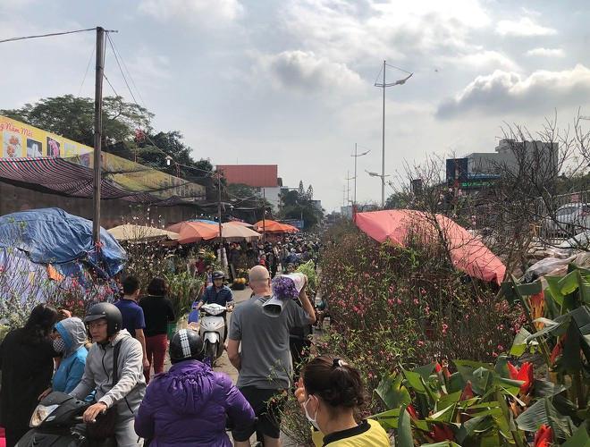 Nhộn nhịp chợ hoa Quảng An ngày cuối năm trong mưa lạnh Ảnh 27