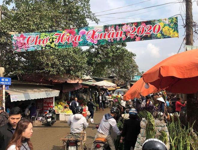 Nhộn nhịp chợ hoa Quảng An ngày cuối năm trong mưa lạnh Ảnh 3