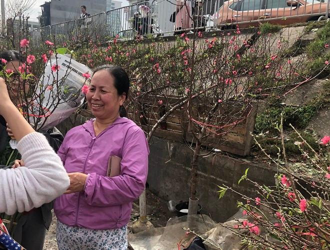 Nhộn nhịp chợ hoa Quảng An ngày cuối năm trong mưa lạnh Ảnh 21