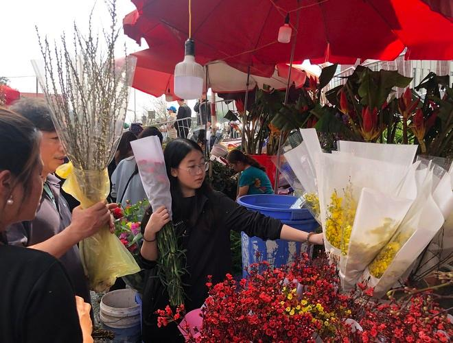 Nhộn nhịp chợ hoa Quảng An ngày cuối năm trong mưa lạnh Ảnh 19