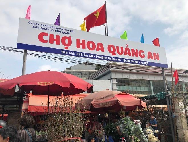 Nhộn nhịp chợ hoa Quảng An ngày cuối năm trong mưa lạnh Ảnh 1