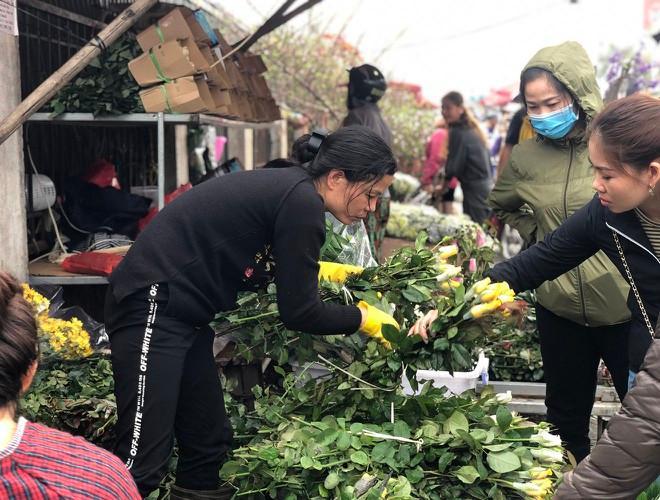 Nhộn nhịp chợ hoa Quảng An ngày cuối năm trong mưa lạnh Ảnh 16