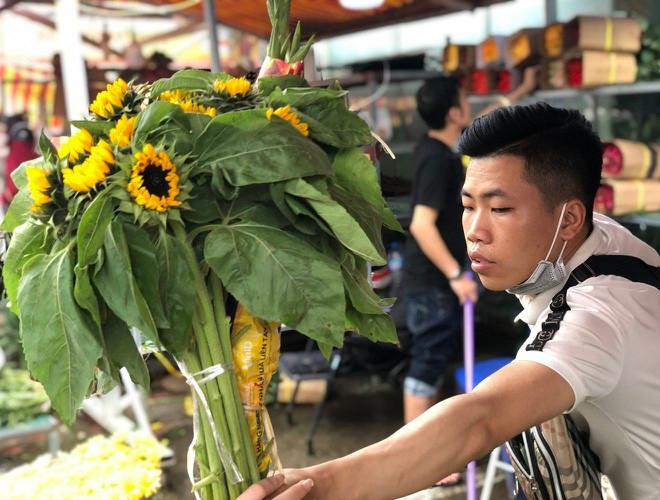 Nhộn nhịp chợ hoa Quảng An ngày cuối năm trong mưa lạnh Ảnh 17