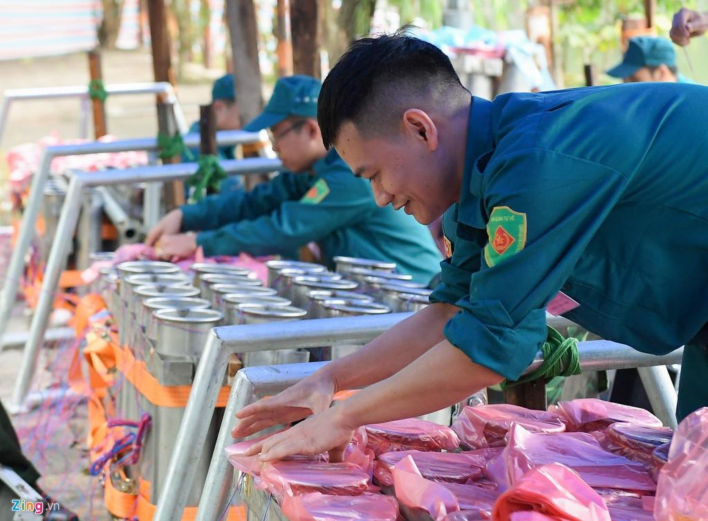 Trận địa pháo hoa trước giờ khai hỏa ở Hà Nội Ảnh 4