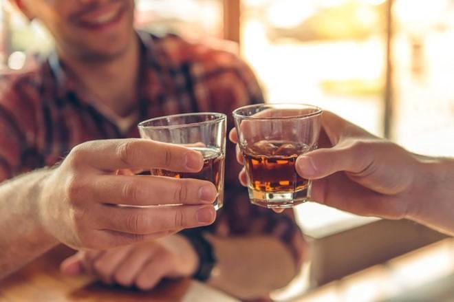 Nghiện rượu, nhiều trai trẻ thành phế nhân 'nát' hết khớp xương Ảnh 1