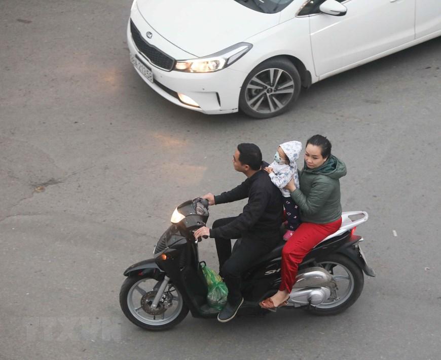 Hà Nội: Nhiều người dân không đội mũ bảo hiểm khi tham gia giao thông Ảnh 5