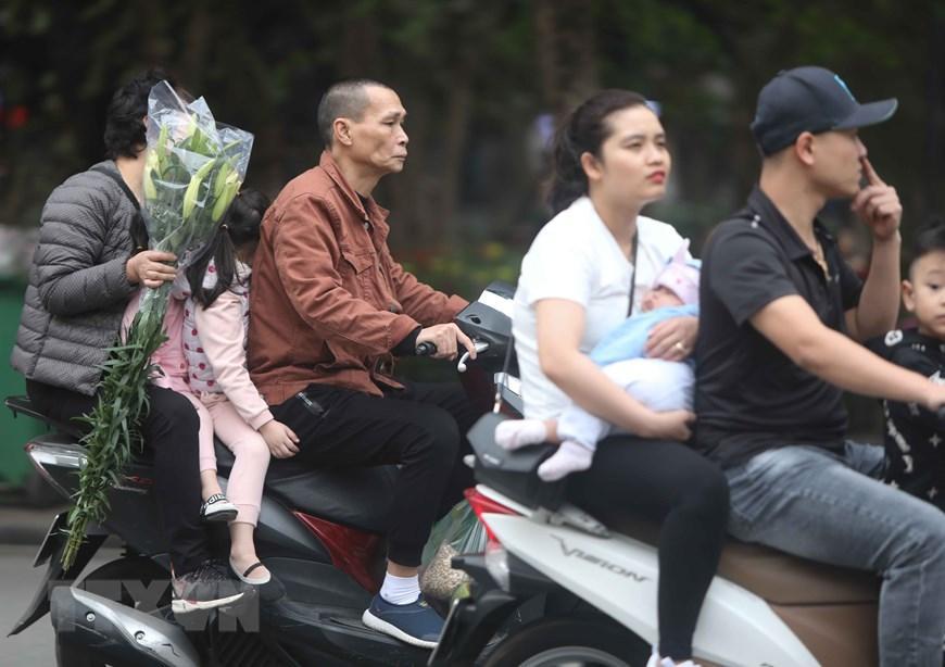 Hà Nội: Nhiều người dân không đội mũ bảo hiểm khi tham gia giao thông Ảnh 1