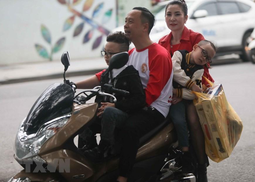 Hà Nội: Nhiều người dân không đội mũ bảo hiểm khi tham gia giao thông Ảnh 4