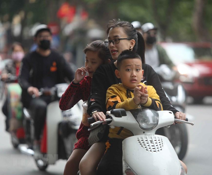 Hà Nội: Nhiều người dân không đội mũ bảo hiểm khi tham gia giao thông Ảnh 6