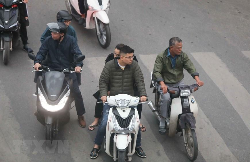 Hà Nội: Nhiều người dân không đội mũ bảo hiểm khi tham gia giao thông Ảnh 7