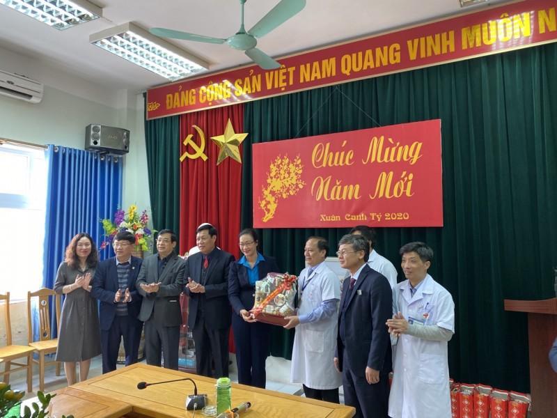 Thăm và tặng quà cán bộ y tế trực Tết tại Hưng Yên Ảnh 2