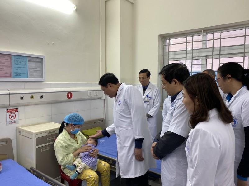 Thăm và tặng quà cán bộ y tế trực Tết tại Hưng Yên Ảnh 1