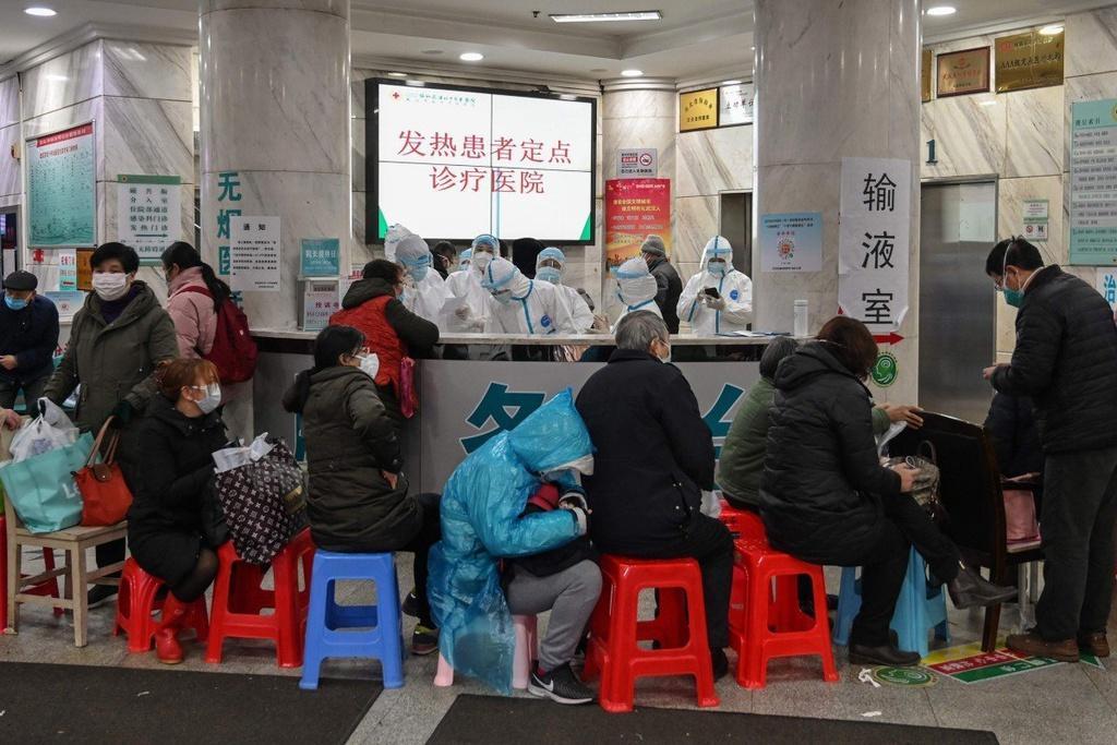 Thi thể bị bỏ ở hành lang, bệnh viện Vũ Hán như 'ngày tận thế' Ảnh 1