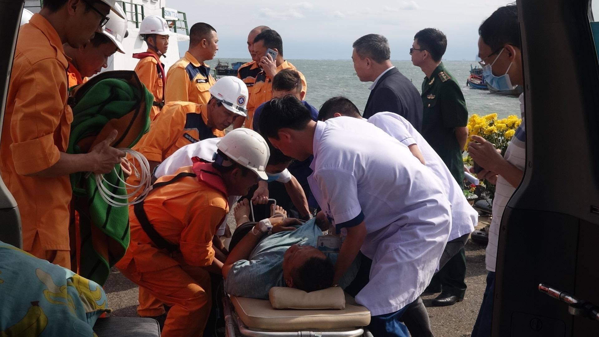 Xuyên đêm cứu thuyền viên nước ngoài bị đột quỵ trên biển ngày đầu năm Ảnh 1