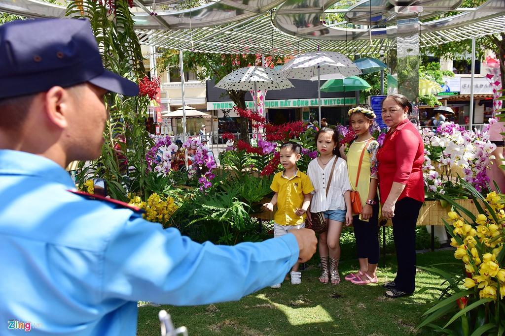 Chưa hết Tết, hàng trăm chậu hoa bị đạp nát ở đường hoa Nguyễn Huệ Ảnh 15