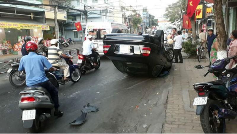 Tài xế hoa mắt, xe Mercedes lao vào dải phân cách phơi bụng giữa đường Ảnh 1