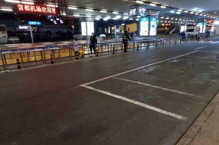 Sân bay Bắc Kinh vắng lặng như thị trấn bị bỏ hoang giữa 'bão' virus corona Ảnh 1