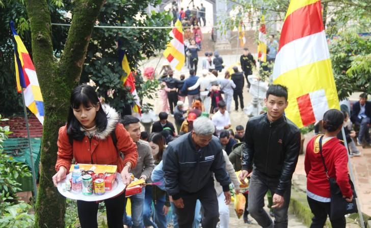 Hà Tĩnh: Hàng nghìn du khách về khai hội chùa Hương Tích Ảnh 1