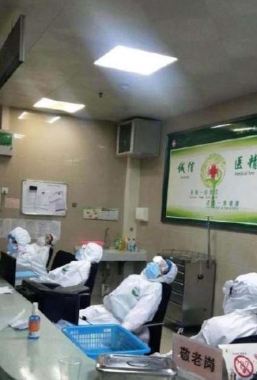 Bác sĩ co ro ngủ trên sàn nhà, ghế tựa ở 'ổ dịch' virus corona Vũ Hán Ảnh 3