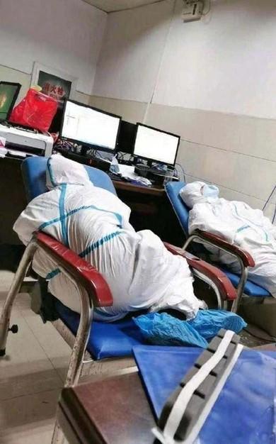 Bác sĩ co ro ngủ trên sàn nhà, ghế tựa ở 'ổ dịch' virus corona Vũ Hán Ảnh 2