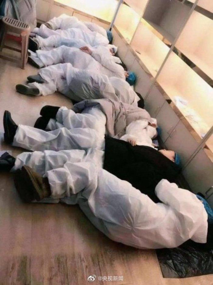 Bác sĩ co ro ngủ trên sàn nhà, ghế tựa ở 'ổ dịch' virus corona Vũ Hán Ảnh 1