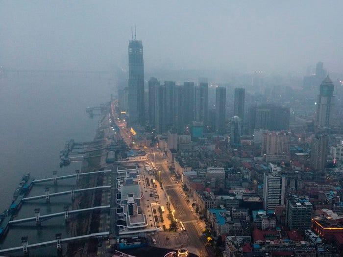 Kinh ngạc Vũ Hán trước và sau khi trở thành 'thành phố ma' Ảnh 1