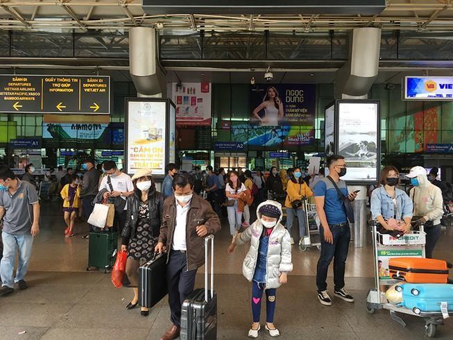 Khách đổ đồn vào TP.HCM sau Tết, sân bay Tân Sơn Nhất ách tắt Ảnh 1