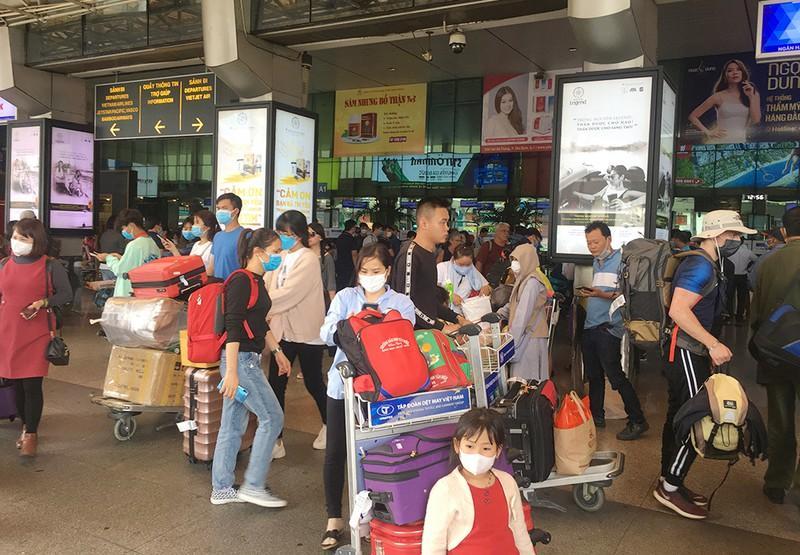 Khách đổ đồn vào TP.HCM sau Tết, sân bay Tân Sơn Nhất ách tắt Ảnh 5