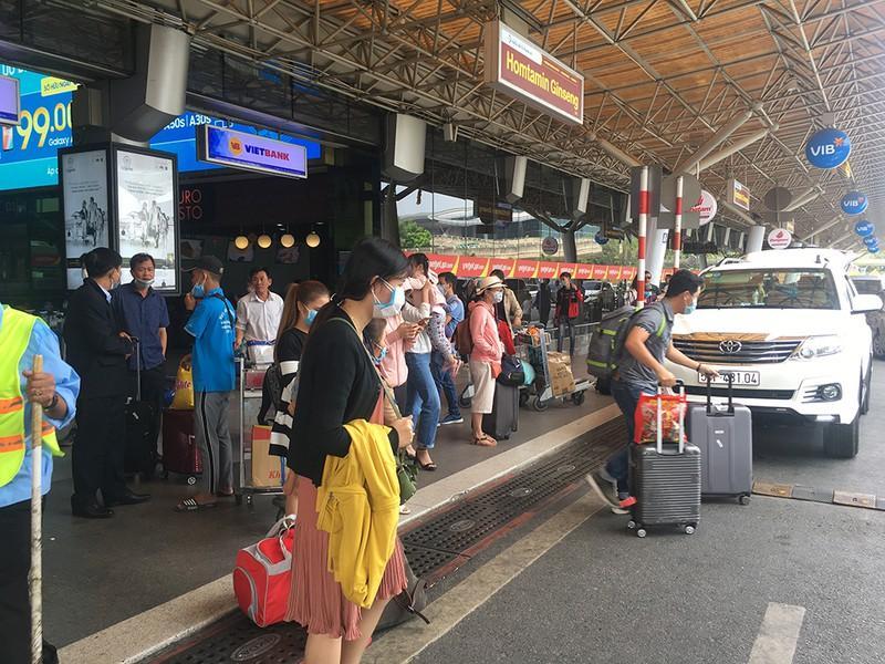 Khách đổ đồn vào TP.HCM sau Tết, sân bay Tân Sơn Nhất ách tắt Ảnh 6