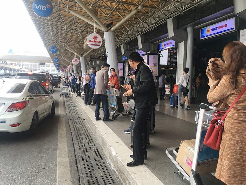 Khách đổ đồn vào TP.HCM sau Tết, sân bay Tân Sơn Nhất ách tắt Ảnh 9