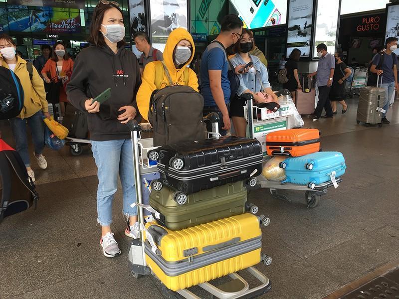 Khách đổ đồn vào TP.HCM sau Tết, sân bay Tân Sơn Nhất ách tắt Ảnh 3