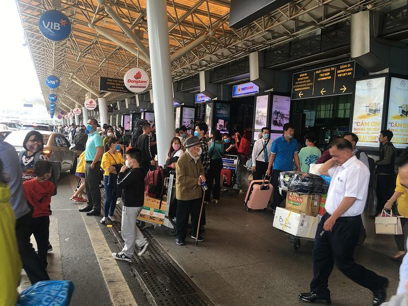 Khách đổ đồn vào TP.HCM sau Tết, sân bay Tân Sơn Nhất ách tắt Ảnh 7