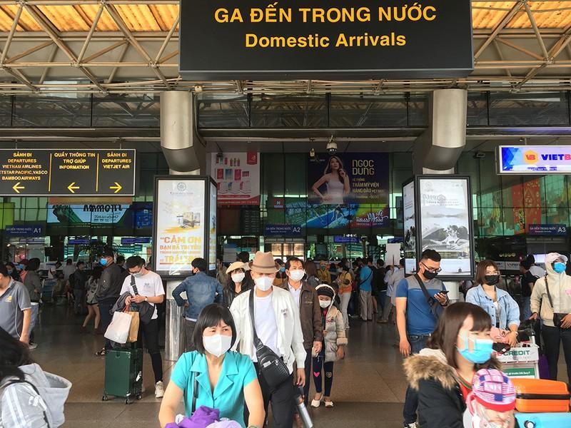 Khách đổ đồn vào TP.HCM sau Tết, sân bay Tân Sơn Nhất ách tắt Ảnh 2