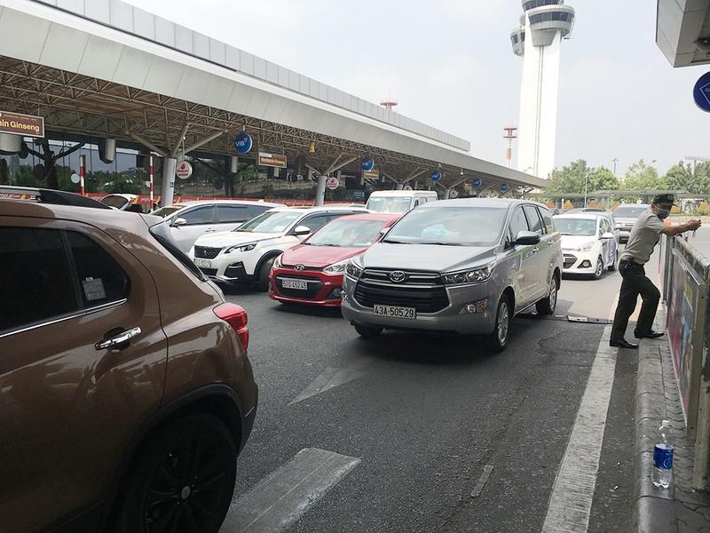 Khách đổ đồn vào TP.HCM sau Tết, sân bay Tân Sơn Nhất ách tắt Ảnh 4
