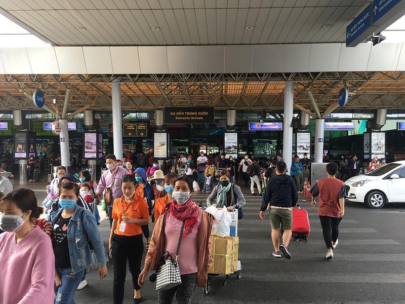 Khách đổ đồn vào TP.HCM sau Tết, sân bay Tân Sơn Nhất ách tắt Ảnh 8