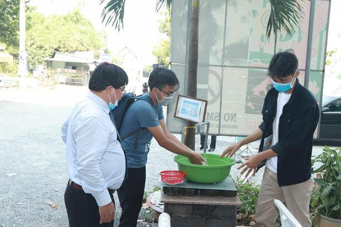 Hiệu trưởng Đại học Sư phạm Kỹ thuật TP.HCM tặng 'lì xì' để sinh viên mua khẩu trang phòng dịch Corona Ảnh 3