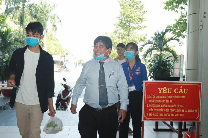 Hiệu trưởng Đại học Sư phạm Kỹ thuật TP.HCM tặng 'lì xì' để sinh viên mua khẩu trang phòng dịch Corona Ảnh 4