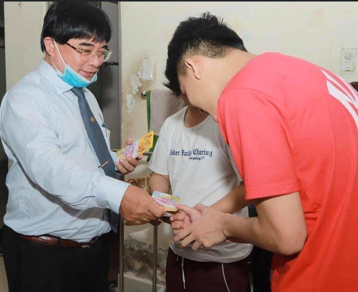 Hiệu trưởng Đại học Sư phạm Kỹ thuật TP.HCM tặng 'lì xì' để sinh viên mua khẩu trang phòng dịch Corona Ảnh 2