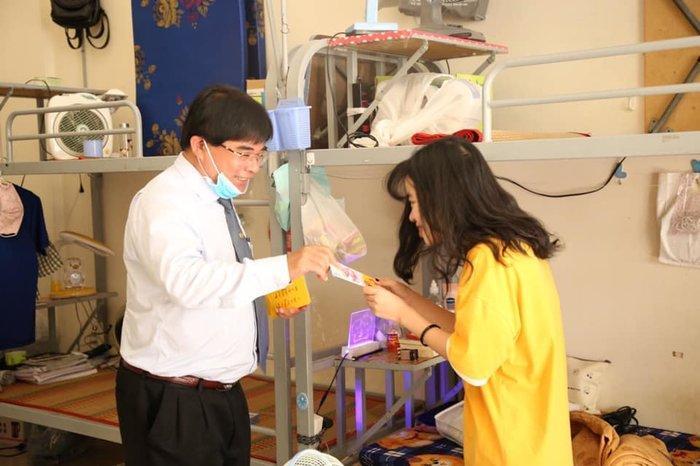 Hiệu trưởng Đại học Sư phạm Kỹ thuật TP.HCM tặng 'lì xì' để sinh viên mua khẩu trang phòng dịch Corona Ảnh 1