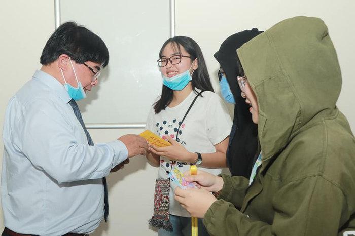 Hiệu trưởng Đại học Sư phạm Kỹ thuật TP.HCM tặng 'lì xì' để sinh viên mua khẩu trang phòng dịch Corona Ảnh 5