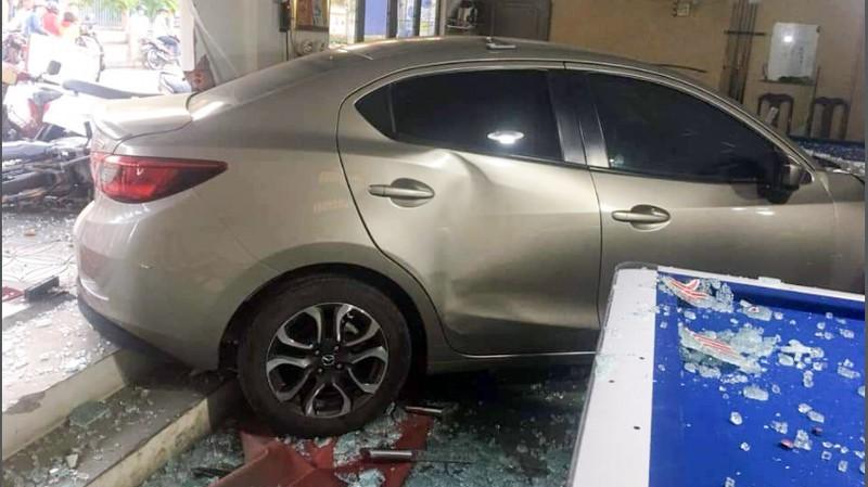 Cần Thơ: Ô tô do nữ cầm lái đâm thẳng vào quán bida Ảnh 5