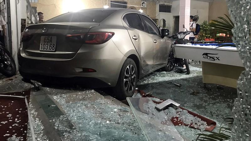 Cần Thơ: Ô tô do nữ cầm lái đâm thẳng vào quán bida Ảnh 3